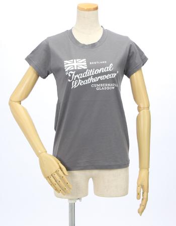 トラディショナルウエザウエアのロゴ入り半そでTシャツ