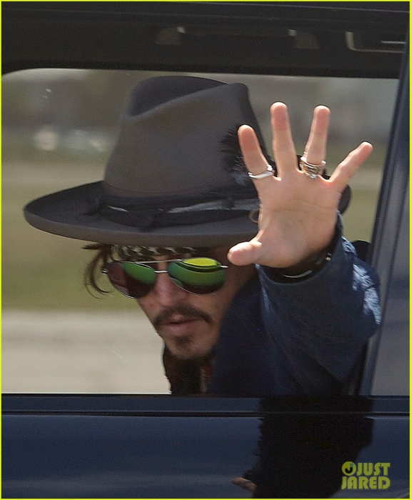 johnny-depp-leaves-australia-with-injured-hand-taped-up-02.jpg