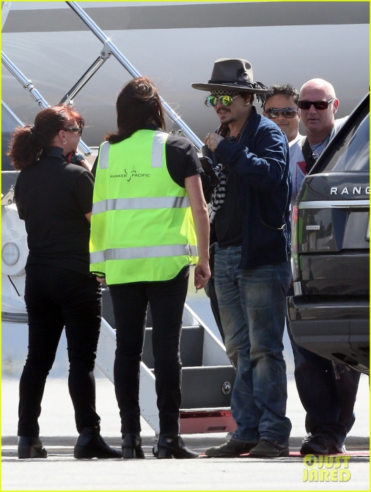 johnny-depp-leaves-australia-with-injured-hand-taped-up-08.jpg