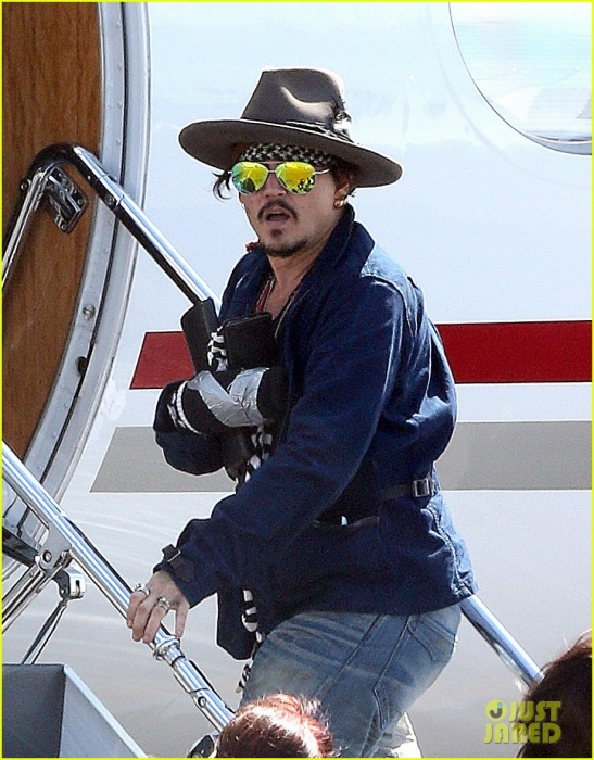 johnny-depp-leaves-australia-with-injured-hand-taped-up-11.jpg