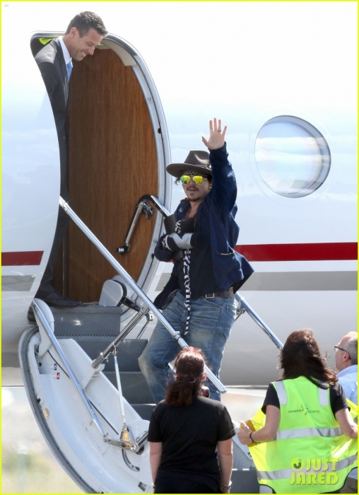 johnny-depp-leaves-australia-with-injured-hand-taped-up-13.jpg