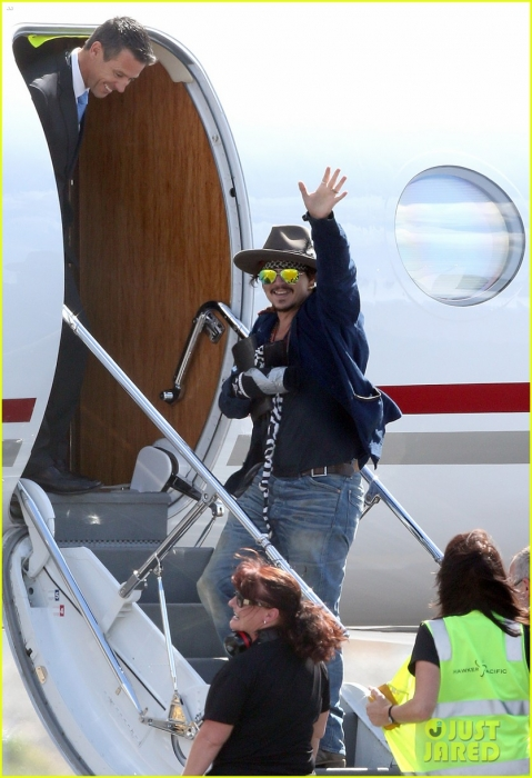 johnny-depp-leaves-australia-with-injured-hand-taped-up-14.jpg