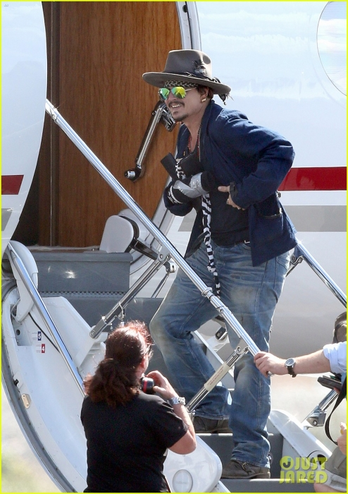 johnny-depp-leaves-australia-with-injured-hand-taped-up-16.jpg