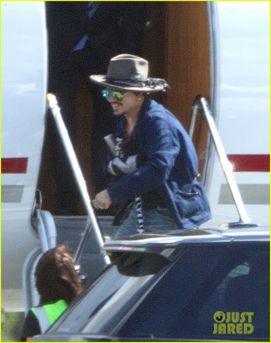 johnny-depp-leaves-australia-with-injured-hand-taped-up-17.jpg