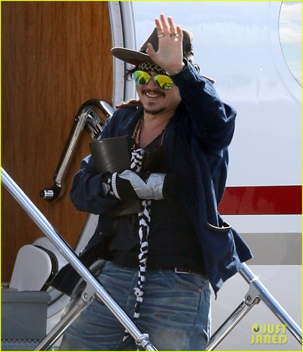 johnny-depp-leaves-australia-with-injured-hand-taped-up-18.jpg