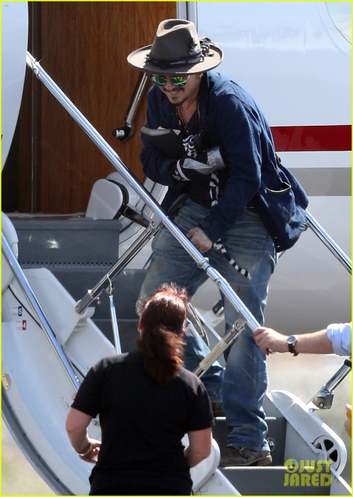 johnny-depp-leaves-australia-with-injured-hand-taped-up-19.jpg