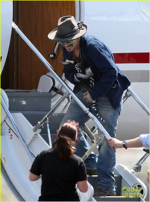 johnny-depp-leaves-australia-with-injured-hand-taped-up-20.jpg