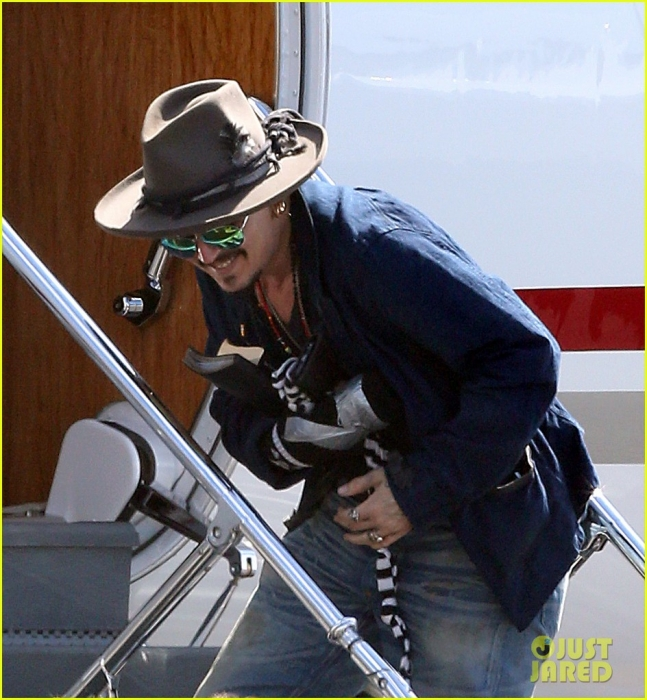 johnny-depp-leaves-australia-with-injured-hand-taped-up-21.jpg