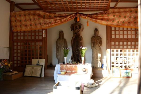 観音堂内に安置されている聖観音像と破損仏