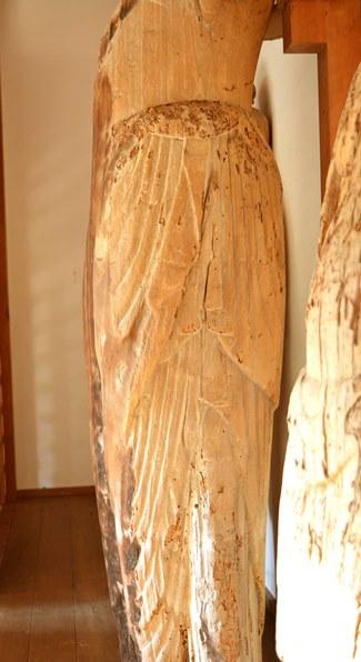 内野区聖観音像・張のある腰部側面