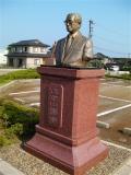 JR(陸)泊駅 大平山濤像