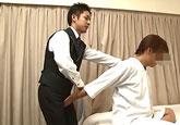 ゲイ動画:ホテルマンにマッサージを頼んだら、客室勃起 !!