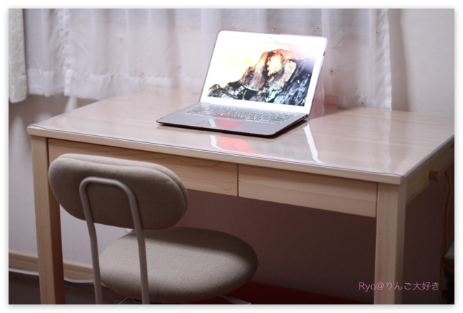 机の上には基本的に何も置かず、都度 必要なモノをデスクトップに移動する事にしました。 Macのデスクトップは、アイコンが散らかっていますけどね^_^;。
