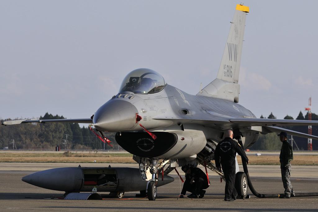 F-16 給油中