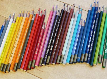 下の引き出し3段にびっちりの色鉛筆、鉛筆を上の無印収納に、引越し。