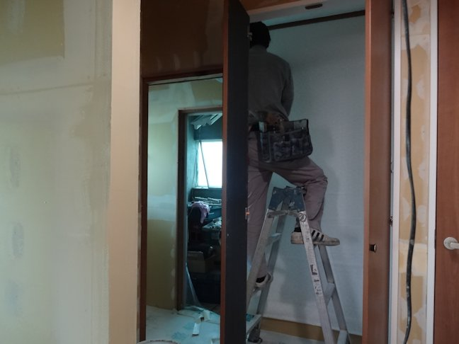 Oアパート改修工事~2階内装下地・1階クロス貼り仕上げ中