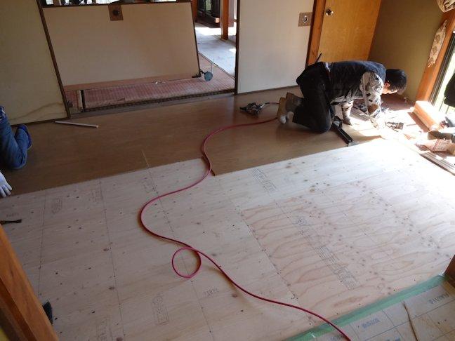 旧H島邸リフォーム工事~床フローリング張り中2